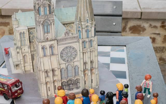 Mise en scène d'un groupe devant la cathédrale de Chartres