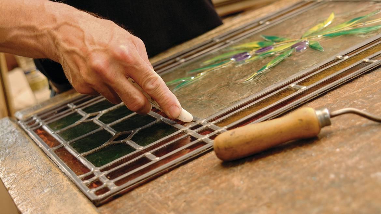 Atelier de fabrication d'un petit vitrail auprès d'un artisan maître verrier