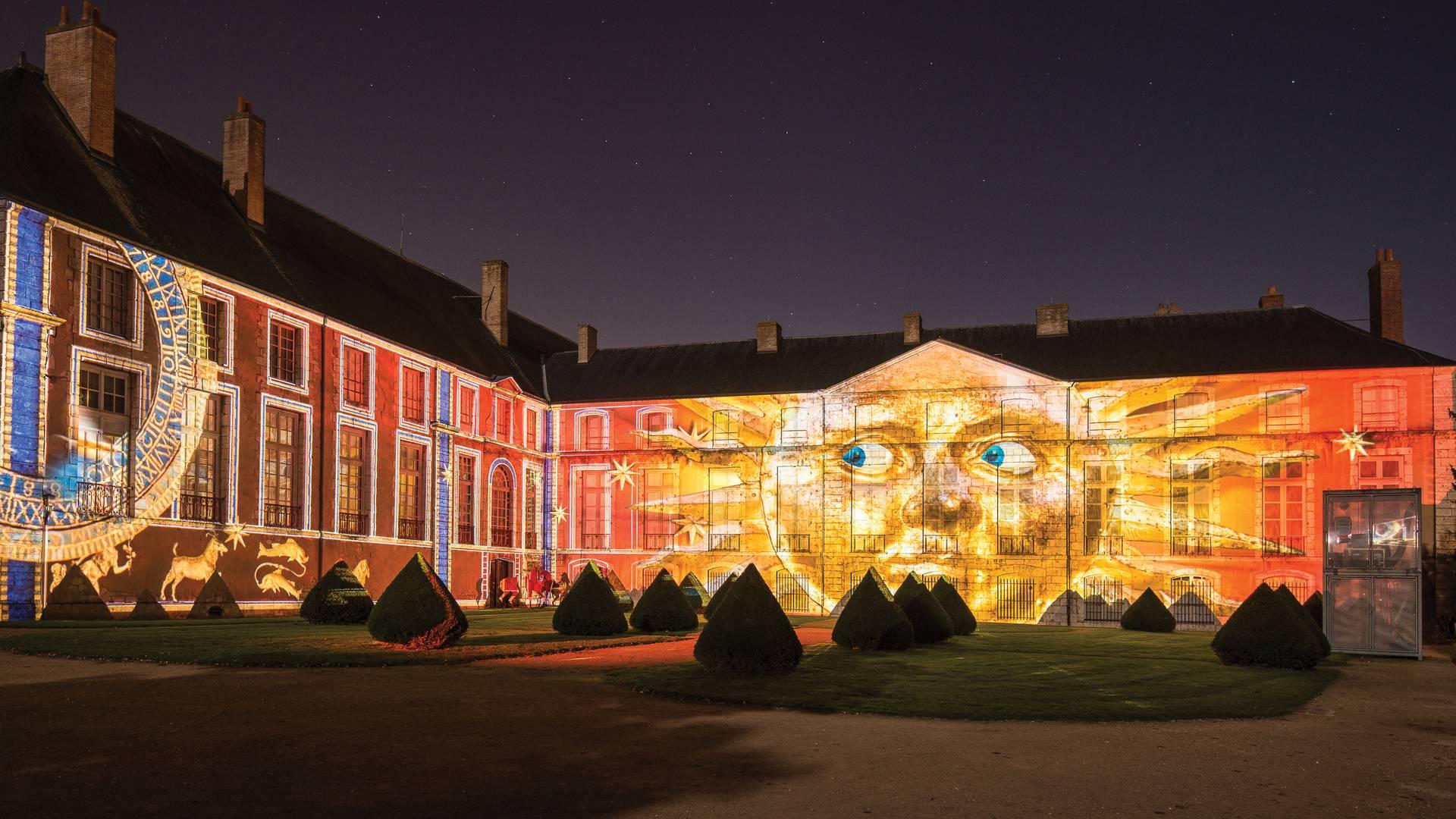 Musée des Beaux-Arts côté jardins de l'évêché illuminé