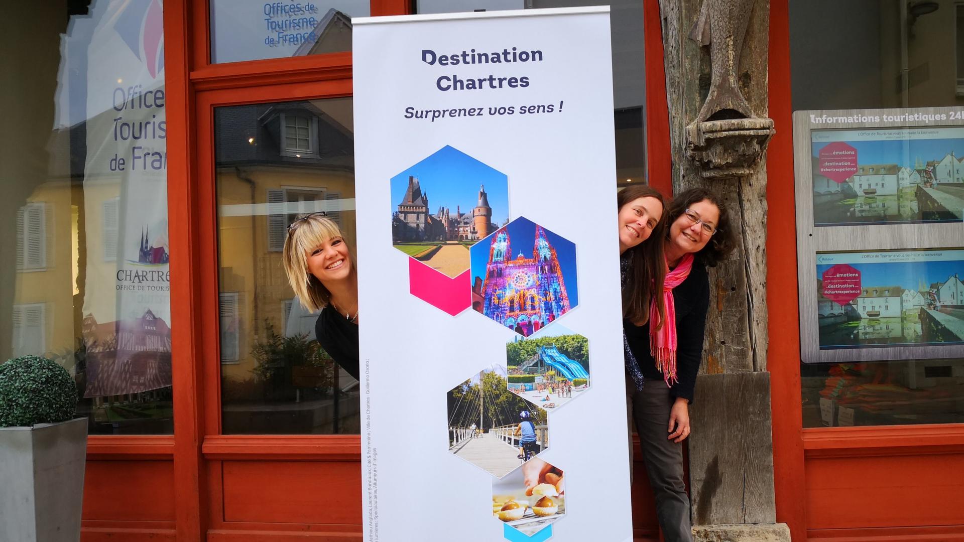 Service groupes devant l'Office de Tourisme